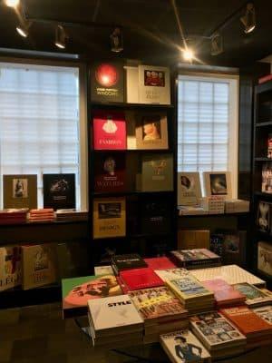 c83568206 Se você gosta de livros, você também pode visitar a loja da conceituada  editora alemã TASCHEN. Fica no finalzinho da Lincoln Road, ao lado da loja  conceito ...